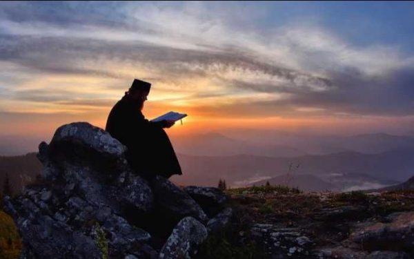 """""""O noapte în pustia Sfântului Munte"""": ISPITE ȘI RĂTĂCIRI ÎN PRACTICAREA RUGĂCIUNII LUI IISUS."""